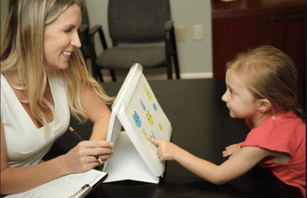 neuropsycholog wykonuje test dziecku i odbywa się neuropsychologiczna diagnoza dziecka